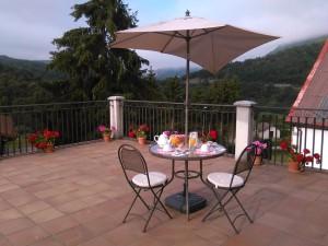 Desayunar en la terraza  al frescor de una mañana de verano , y el sol haciéndose hueco entre la niebla ... Mirando hacia la montaña verde , donde solo se escucha el canto de los pájaros y te susurra un sigiloso airecillo ...